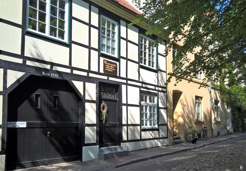 2018-08-18 vormittags WISMAR, Am Kirchhof, auf der Westseite der St. Nikolai-Kirche, mit Haus-Inschrift 'Anno 1832'
